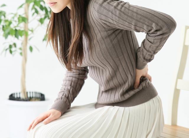 朝起きると腰痛がつらい。寝方の工夫で腰の痛みは楽になります。