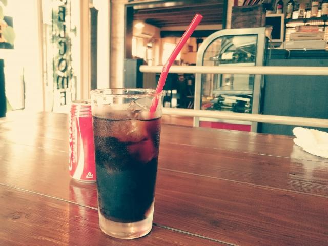 コーラにカフェインはなぜ入ってる?理由は?含有量はどれくらい?