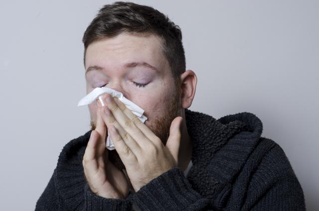 鼻づまりが片方だけなぜおきる?どうしたら治せるの?