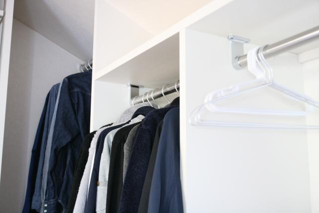 スーツの保管の方法 しまう前のクリーニングすべき?カバーは必要?