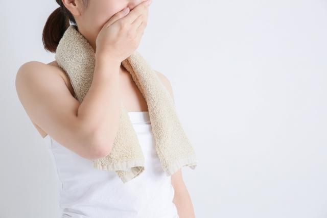 脇汗で悩む女性の対策。汗染みが目立たない服やインナーおすすめ紹介
