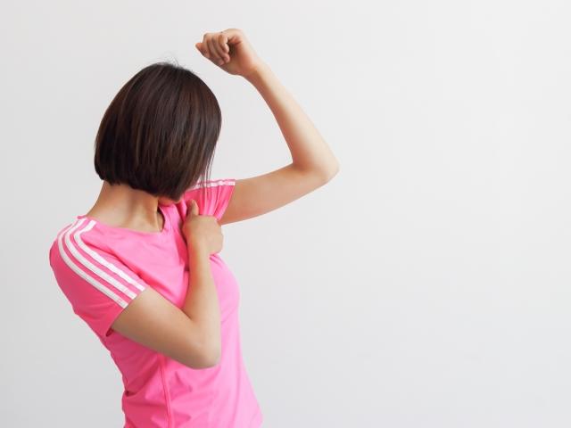 脇汗で悩む女性の対策 汗染みが目立たない服やインナーおすすめ紹介