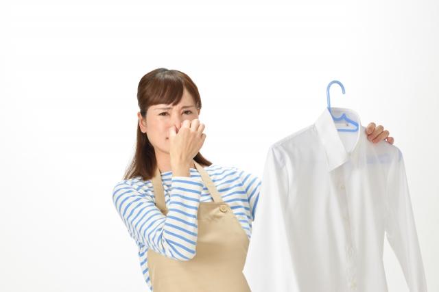 スーツの臭いはクリーニング?タバコや汗を取る方法を詳しく紹介