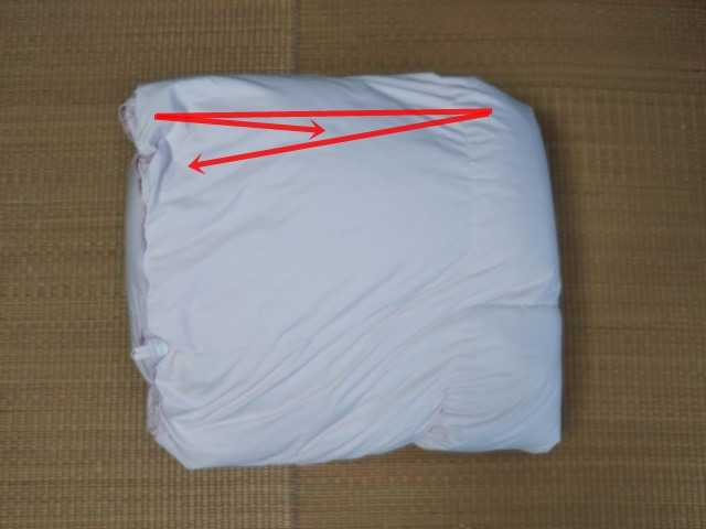 羽毛布団を三つ折りにたたんだ画像