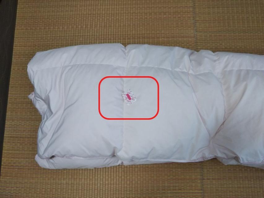 羽毛布団を収納するときの防虫剤を置いている画像です。