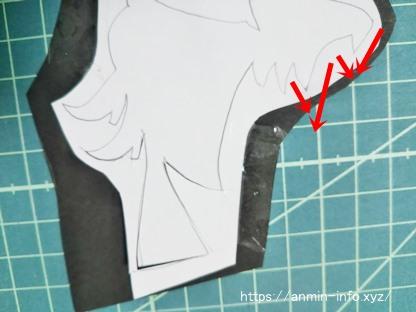 切り絵 魔女の図案をくりぬく画像