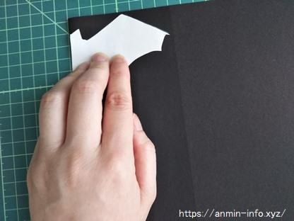 コウモリの型紙を色画用紙に転記する画像