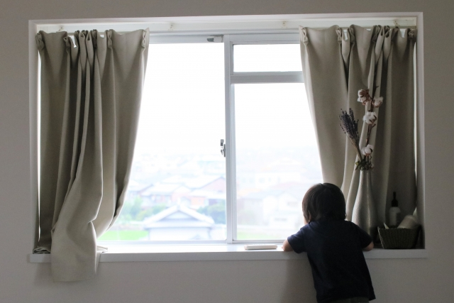 出窓の日除けを内側に取り付ける方法 100均でとっても簡単!