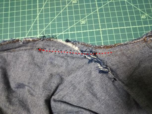 ズボンの縫い合わせを元に戻している写真
