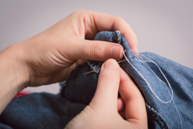 ズボンの裾上げ 手縫いで生地を切る方法
